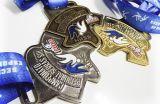 Medalha em metal com banho, resina colorida e adesivo com resina